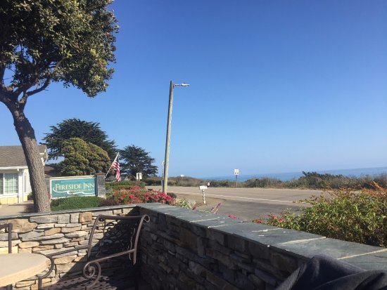 Fireside Inn on Moonstone Beach: Great ocean views from the hotel front seating area.