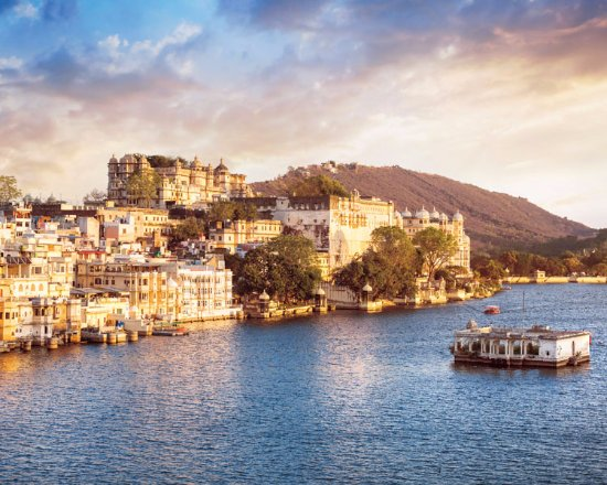 """Deccan Odyssey: Soak in the majesty of Lake Pichola with City Palace, Udaipur through our """"Indian Odyssey"""" journ"""