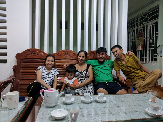 Kon Tum Province, Βιετνάμ: In the living room with the family, having tea