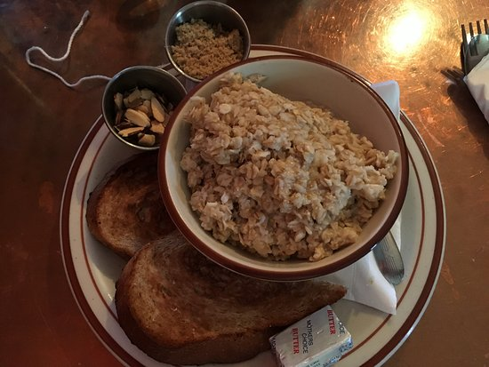 One Street Down Cafe: Mijn ontbijt: oats met honing, amandelen, rozijnen en kaneeltoast