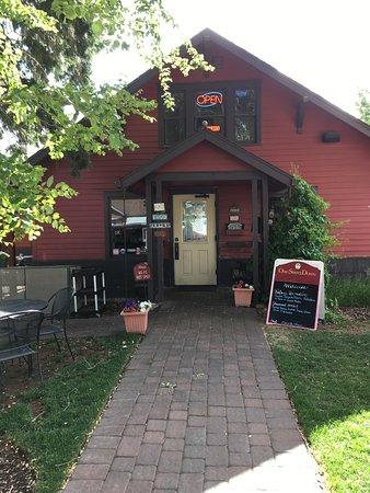 One Street Down Cafe: De voorkant van het cafe