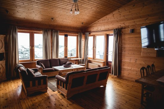 Seglbudir Guesthouse: Sitting lounge with a great view over the river, lava fields and glacier.