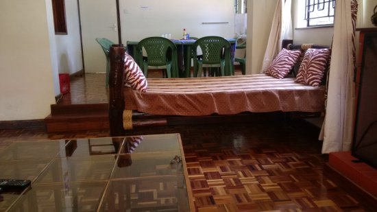 Milimani Backpackers & Safari Centre : dining/tv/game/common room