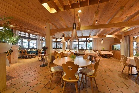 Restaurant Krone: Helles, schönes und unkompliziertes Restaurant mitten am Dorfplatz an der Lenk.