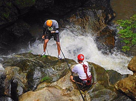 Concord, Carolina del Norte: waterfall rappel instruction with TA