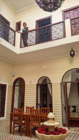 Riad Marana: Patio y acceso a las habitaciones