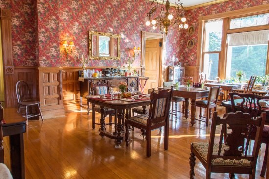 1890 Williams House Inn: Guests who eat in our dining room are seated at private dining tables.