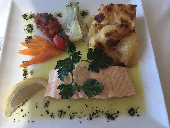 Saint-Blaise, Zwitserland: Pavé de saumon avec gratin et légumes