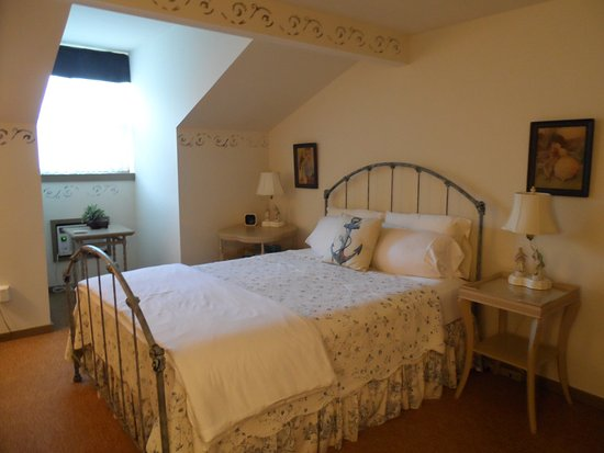 Captain Stannard House Bed and Breakfast Country Inn: Comfy bed