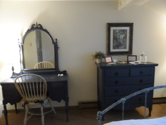 Captain Stannard House Bed and Breakfast Country Inn: Nice antiques