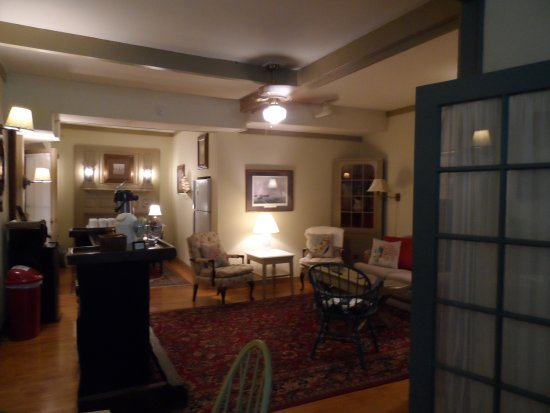 Captain Stannard House Bed and Breakfast Country Inn: Coffee rm