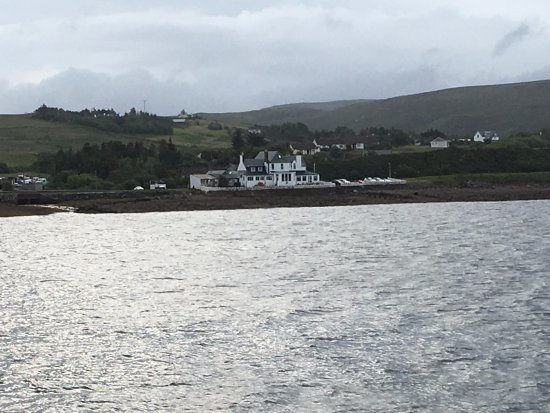 Aultbea, UK: View of the hotel from Autlbea pier