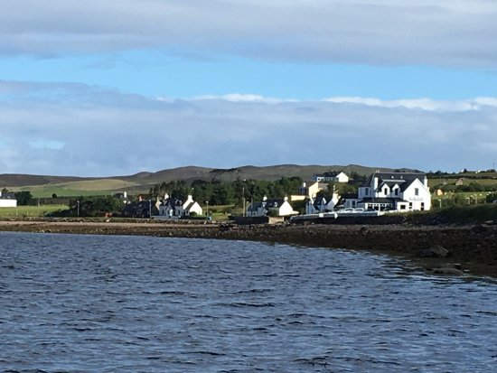 Aultbea, UK: View from the stone beach, the hotel the white building on the right