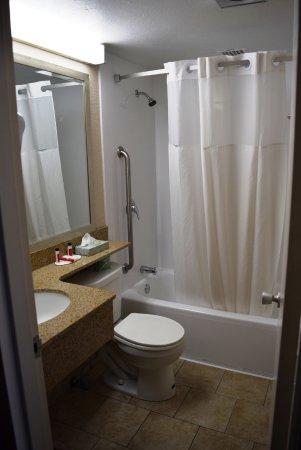 Howard Johnson Inn Bangor: clean bathroom