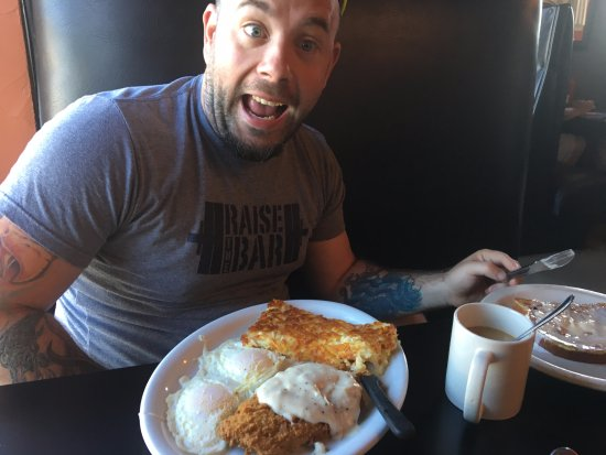Gresham, Oregón: country fried steak with eggs and hash browns, french toast added on the side
