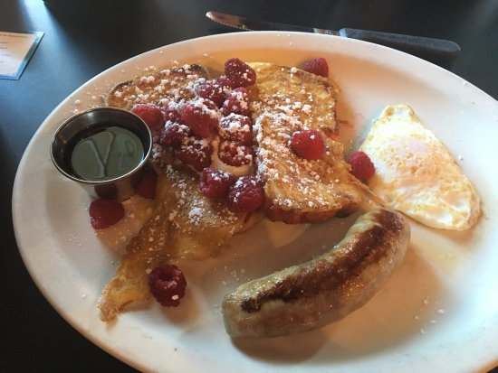 Gresham, Oregón: Raspberry french toast with egg and sausage