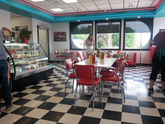 Bonnyville, Канада: Jennie's Diner with baked good's
