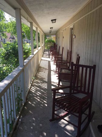 Kennebunk Gallery Motel and Cottages: Long front porch with rockers