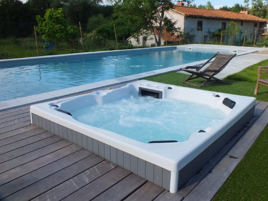 Montverdun, Francia: Un spa 5 places est disponible sur réservation