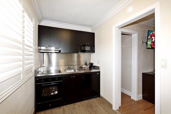 Red Roof Inn & Suites Monterey: Suite