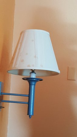 Americas Best Value Inn Pottstown: Stain on lamp shade
