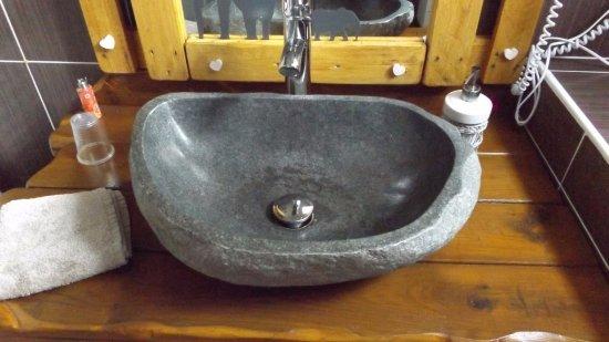 Pressagny L'Orgueilleux, Frankrike: Chambre MASAÏ, le lavabo dans la salle de bain