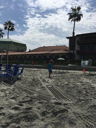 La Jolla Shores Hotel: Hotel view from beach