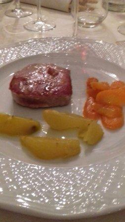 Monchiero, Italia: Bistecca di tonno scottata con patate e carote