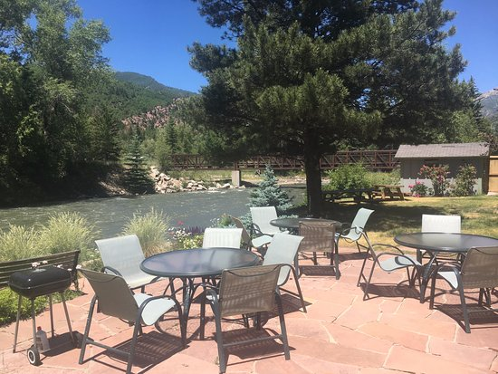 Redstone, CO: Riverfront Patio and BBQ area