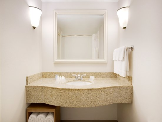 Hilton Garden Inn Saratoga Springs: Granite Counter Tops / Vanities