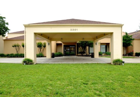 Bedford, TX: Entrance