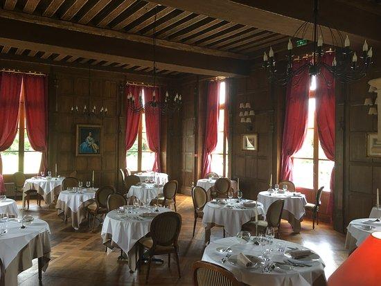 Augerville-la-Riviere, فرنسا: La salle de restaurant : authentique salle à manger du château.