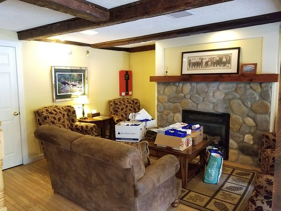 Whitney's Inn: comfortable main lobby area