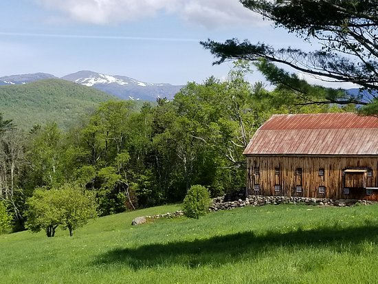 Whitney's Inn: Just down the road, barn with snow covered Mt Wash on memorial day.