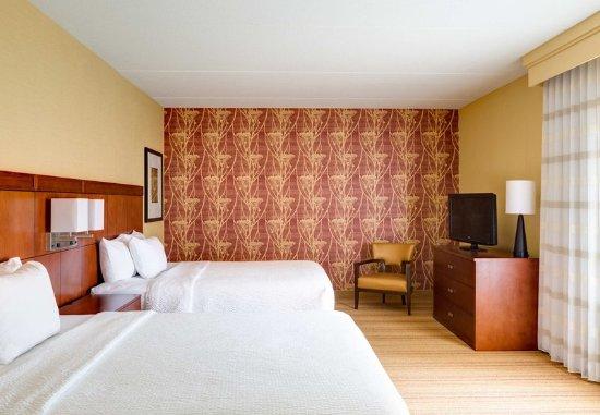 Coraopolis, PA: Queen/Queen Suite - Sleeping Area