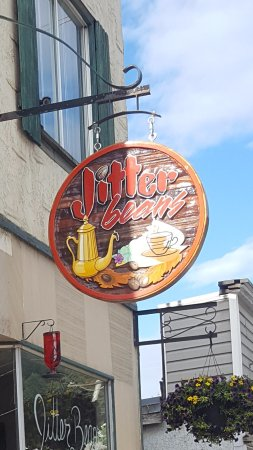 Lumby, Canadá: Bright handcrafted sign welcomes you to Jitter Beans