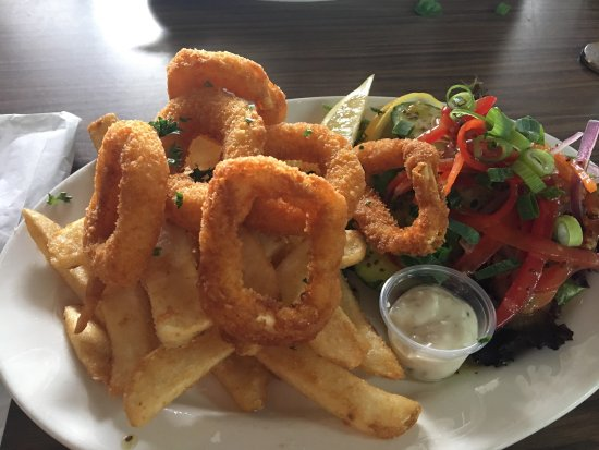 Surat, Australien: Lunch time special $10 calamari, salad and chips