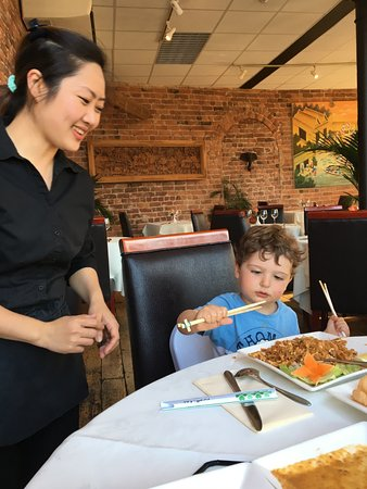 Siam Thai & Teppanyaki Restaurant : Waitress showing our two year old how to use chopsticks!