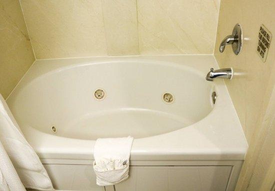เฮย์เวิร์ด, แคลิฟอร์เนีย: Guest Room Bathroom - Whirlpool