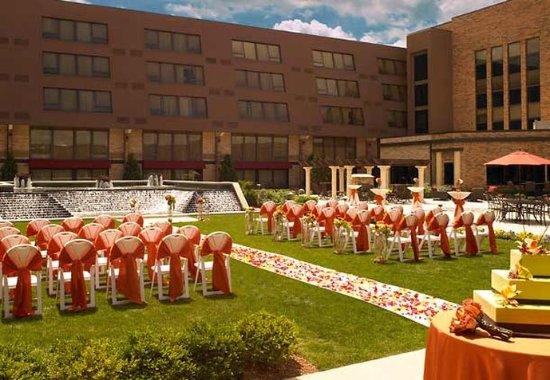 Indianapolis Marriott East: Outdoor Wedding Reception