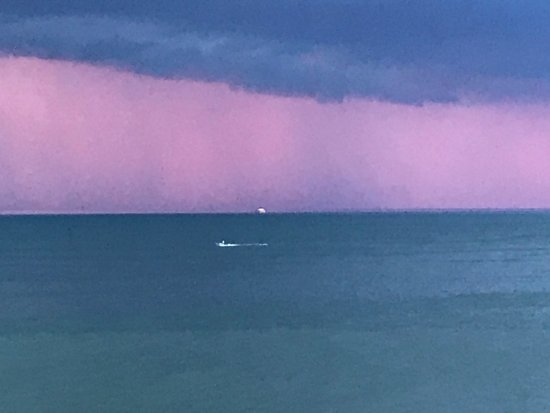 Lakewood, OH: Anothre view from Pier W deck - as a storm passes by