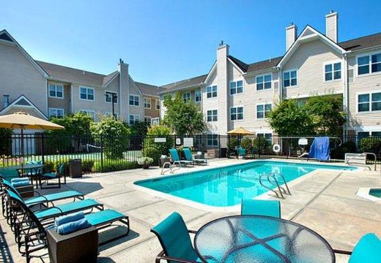 Andover, MA: Outdoor Pool & Hot Tub
