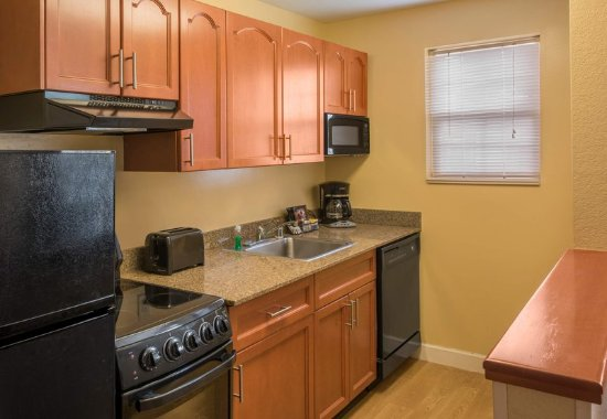 Englewood, Kolorado: Two Bedroom Suite - Kitchen