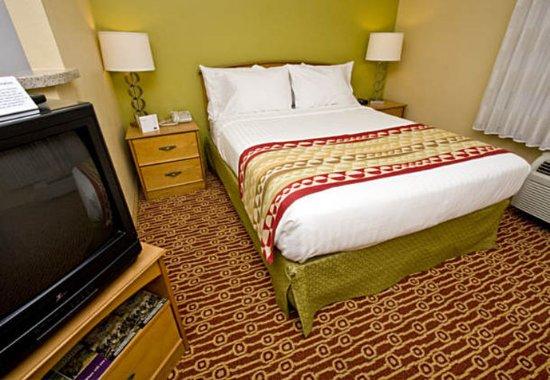 TownePlace Suites Fresno: Studio Suite Sleeping Area