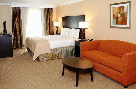 San Mateo, Califórnia: Boardroom Suite - Bedroom with Sofa Sleeper.