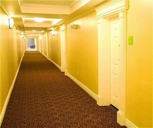 San Mateo, CA: Spacious Interior Corridor