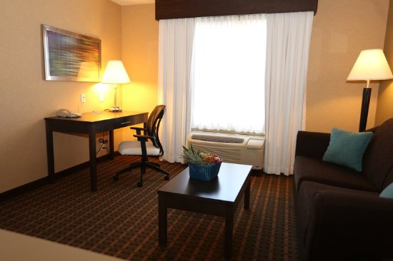 Vernon, Canada: King Executive Room Living & Work Area with Free Wi-Fi
