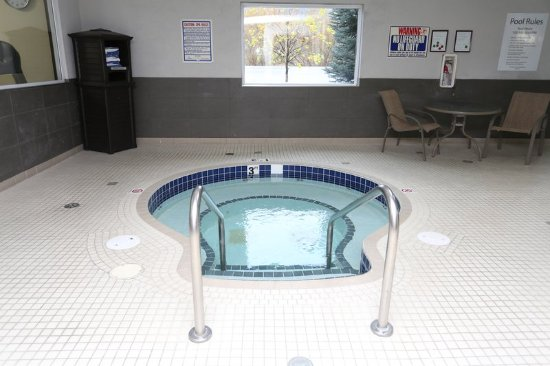 Vernon, Kanada: Our whirlpool is located in the pool area