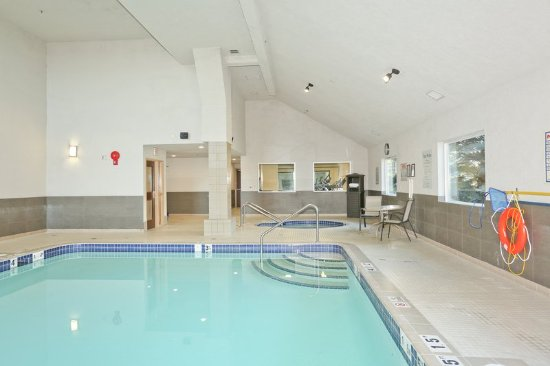 Vernon, Canada: Hang out at the pool during your stay