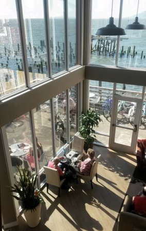Cannery Pier Hotel: Second floor view of the Wine and Salmon happy hour.